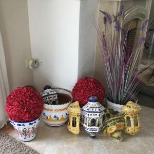 For sale: Ornamental pots x 4; wall planters x 4 - €20
